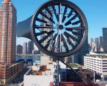 Une éolienne Windtronics installée sur toit en ville